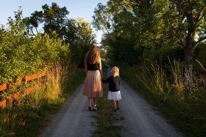 Mor og datter i naturen